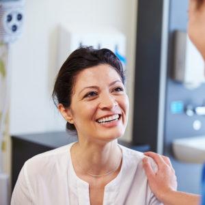 Zadowolony-pacjent-po-zabiegu-podologicznym